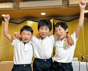 Photo = Selected as the sacred child for the Naginata Hoko float, Ryushin Kumeda (center), poses with his assistants, Ryushin's younger brother, Tokimasa (right) and Hidemaro Mori = June 4, Naginata Hoko Hozonkai, Shimogyo Ward, Kyoto