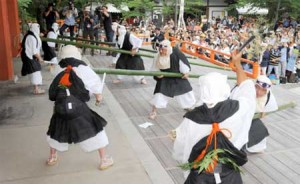 Photo= Men dressed as warrior monks vigorously cut off green bamboo (3:00 p.m., June 20, Kurama-dera Temple, Sakyo Ward, Kyoto)