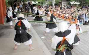 Photo= Men dressed as warrior monks vigorously cut off green bamboo (3:00 p.m., June 20, Kurama-dera Temple, Sakyo Ward, Kyoto)