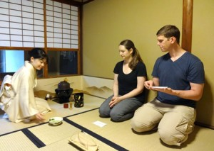 Photo= Kuranaka (left) making tea for foreign tourists from California at a Tanabata festival tea ceremony (Tea Ceremony Koto, Kita Ward, Kyoto)