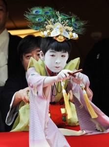 "Photo= Ryushin Kumeda (center), this year's Chigo, leans forward and performs the ""Taihei-no-mai"" dance (July 5, Naginata Hoko Town Hall, Shimogyo Ward, Kyoto)"