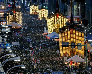 "Photo= Spectators stroll around the car-free area enjoying ""Yoiyoi-yama"" night (7:15 p.m., July 15, looking west from Shijo-dori Tomino-koji Higashi-iru, Shimogyo Ward, Kyoto)"