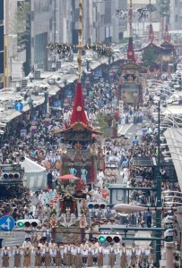 Photo= Gion Festival floats proceed through Shijo-dori Street in front of the crowd of spectators lining the sidewalks (July 17, Shijo-dori Kawaramachi Nishi-iru, Shimogyo Ward, Kyoto)
