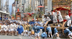 "Photo= The Kita-Kannon Yama float performs the ""Tsuji mawashi,"" in which it is dynamically turned around at the signal shouts by the parade tempo makers (July 24, Shijo-Kawaramachi intersection, Shimogyo Ward, Kyoto)"