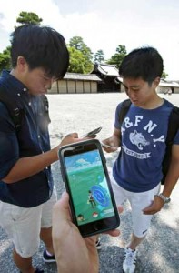 Photo= Students enjoying Pokémon GO (Kamigyo Ward, Kyoto)
