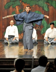 Photo= A foreigner showing off the results of three weeks of hard practice (Ooe Noh Theater, Nakagyo Ward, Kyoto)