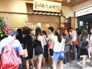 Photo= Young people line up in front of the first overseas branch of Itohkyuemon (Taipei City, Taiwan)