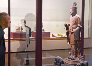 Photo= Visitors admire a Lake-Biwa-area-Buddhist statue deposited with the Museum of Shiga Prefecture Biwako-Bunkakan (Museum of Modern Art, Shiga, Seta Minamiogaya-cho, Otsu City, Shiga Prefecture)