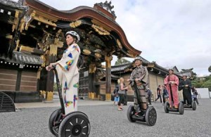 Photo= Men and women in kimono sightsee from Segways at Nijo Castle (October 17, Nakagyo Ward, Kyoto)