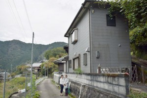 Photo= Zhou (left) and Saito, who remodeled a vacant house to open a guest house (building at right-front side)= Ariichi, Kasagi-cho, Soraku-gun, Kyoto Prefecture