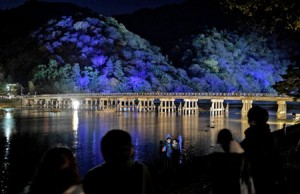 Photo= Tourists enjoy the illuminated Togetsu-kyo Bridge (December 7, Ukyo Ward, Kyoto)