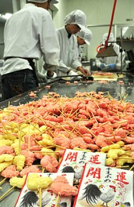 Auspicious candies are being made one after another in a skillful manner (Iwaiseika Co., Ltd., Todo, Uji City, Kyoto Prefecture)
