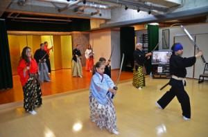 Photo= Foreign tourists enjoying a sword dance experience. Samurai and ninja experiences have been gaining popularity in Kyoto (Samurai Kembu Theater, Higashiyama Ward, Kyoto)