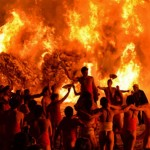 Photo= Young men dance wildly with their backs to the blazing torches (January 14, Katsube Shrine, 1-chome, Katsube, Moriyama City, Shiga Prefecture)