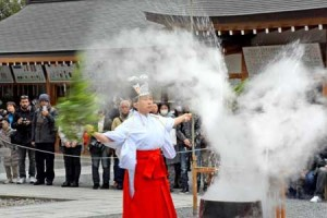 Photo= Shrine attendant exorcising evil spirits by shaking bamboo branches which had been dipped in boiling water (January 20, Jonangu Shrine, Fushimi Ward, Kyoto)