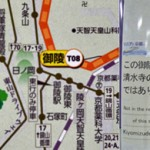 Photo= A route map of Kyoto City Bus and Subway issued by Kyoto Municipal Transportation Bureau, which leads some foreign visitors to believe that Misasagi Station is the nearest station to Kiyomizu-dera Temple (left) A posted notice explaining this station is not the nearest one to Kiyomizu-dera Temple (Misasagi Station, Yamashina Ward, Kyoto City)