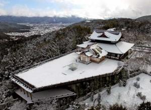"Photo= The snow-covered ""Obutai"" spreading across Higashiyama which was shot by an unmanned aerial vehicle (January 16, Shogunzuka Seiryu-den, Yamashina Ward, Kyoto)"