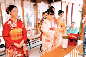 Photo= Women offering arrow feathers before the deity to pray for perfect health (Ichihime Shrine, Shimogyo Ward, Kyoto)