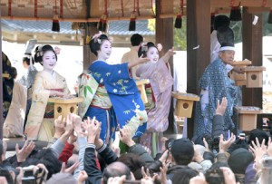 "Photo= Apprentice geisha from Gion Kobu, scattering ""Setsubun"" beans towards shrine visitors (Yasaka Shrine, Higashiyama Ward, Kyoto)"
