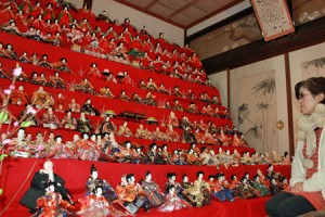 """Photo= More than 300 dolls are displayed on a ten-tiered """"Hina-dan"""" platform (Toko-in Temple, Kaminobe-cho, Ayabe City, Kyoto Prefecture)"""