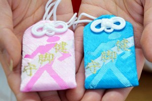 Photo= Amulets for strong legs with a runner's picture on them (Goou Jinja Shinto Shrine, Kamigyo Ward, Kyoto)