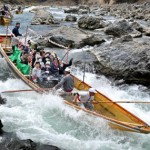 Photo= Hozu-gawa River Boat splendidly splashing downstream through the rapids (March 10, Kameoka City, Kyoto Prefecture)