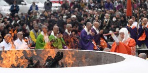 Photo= Chief Abbot Morikawa prays for world peace and the recovery of disaster areas in front of the fireplace, in which Gomaki wooden sticks are burned (March 13, Enryakuji Temple, Saito, Otsu City, Shiga Prefecture)