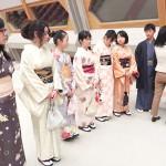 Photo= Junior and senior high school students and international students experience wearing kimono (Kyoto International Conference Center, Sakyo Ward, Kyoto)