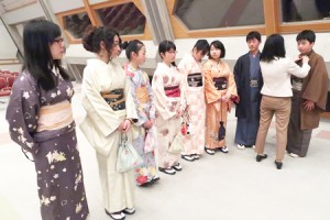 Photo= Junior and senior high school students and international students experience wearing kimono (Kyoto International Conference Center, Sakyo Ward, Kyoto)