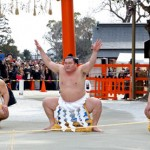 Photo= Yokozuna Hakuho powerfully performs the Shiranui-style Dohyo-iri (middle)