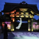 Photo= A crane and cherry blossoms projected on Kara-mon gate with projection mapping (March 23, Nijo Castle, Nakagyo Ward, Kyoto)