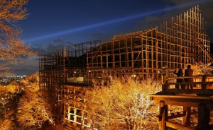 "Photo= The temple's terrace, ""Kiyomizu no Butai,"" is illuminated through log scaffolding (March 24, Kiyomizu-dera Temple, Higashiyama Ward, Kyoto)"