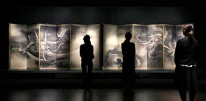 "Photo= Invited guests avidly gaze at Kaiho Yusho's masterpiece, ""Unryu-zu Byobu,"" during a private viewing (April 10, Kyoto National Museum, Higashiyama Ward, Kyoto)"
