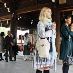 Photo= International students and other participants who learned the correct manners for visiting Shinto shrines, etc. (Omi Jingu Shrine, Jingu-cho, Otsu City, Shiga Prefecture)