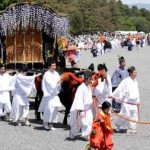 Photo= The Aoi Festival's Procession proceeding through Kyoto Imperial Park watched by a large number of people (May 15, Kamigyo Ward, Kyoto)