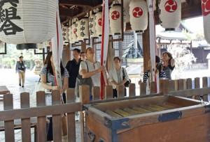 Photo= Kyoto City overseas information center representatives visit Gokonomiya Shrine (Fushimi Ward, Kyoto)