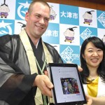 Photo= Jesse LeFebvre (left), who was just appointed as Otsu's Tourism Ambassador, showing a photo of Ishiyama-dera Temple that he posted on Facebook, and Mayor Naomi Koshi= Otsu City Hall