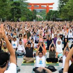 "Photo= Participants pose simultaneously at ""1,000-People Yoga"" (In front of Heian Jingu Shrine, Sakyo Ward, Kyoto)"