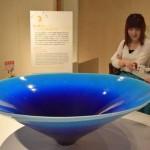 Photo= A piece expressing the deep blue of the sea with a cobalt glaze (Shigaraki Ceramic Cultural Park, Shigaraki Town, Koka City, Shiga Prefecture)
