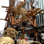 "Photo= ""Tetsudai-Kata"" for the ""Kanko Hoko"" float handle ropes skillfully in the muggy heat (July 10, Shijo-Karasuma Nishi-iru, Shimogyo Ward, Kyoto)"