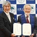 Photo= Yoshinori Ohsumi (right), who received an honorary doctorate from Kyoto University= Kyoto University, Sakyo Ward, Kyoto
