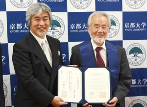 Photo= Yoshinori Ohsumi (right), who received an honorary doctorate from Kyoto University= Kyoto University, Sakyo Ward, Kyoto