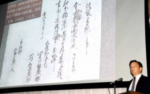 Photo= Professor Howell showing a wealth of material to explain life in the Edo Period, at which time human waste was utilized (Kyoto Uzumasa Campus of Kyoto Gakuen University, Ukyo Ward, Kyoto)