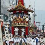 Photo= Crowds of spectators watch as Gion Festival floats proceed through Shijo-dori Street (July 17, the intersection of Shijo-dori and Kawaramachi, Shimogyo Ward, Kyoto)