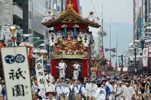 Photo= Crowds of spectators watch as Gion Festival floats proceed through Shijo-dori Street (July 17, the intersection of Shijo-dori and Kawaramachi, Shimogyo Ward, Kyoto)