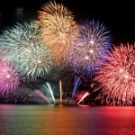 Photo= Fireworks decorating Lake Biwa in vivid colors (August 8, seen from Biwako Otsukan, Yanagasaki, Otsu City, Shiga Prefecture)
