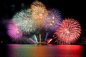 Photo= Fireworks decorating Lake Biwa in vivid colors (August 8, seen from Biwako Otsukan, Yanagasaki, Otsu City, Shiga Prefecture)