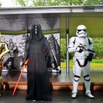 "Photo= Popular characters, including (from left) ""C-3PO,"" ""Kylo Ren,"" appear at the prayer for Star Wars' success. The folding screen presented that day is in the background= September 12, Museum Hoshokan, Byodo-in Temple, Uji, Uji City, Kyoto Prefecture."