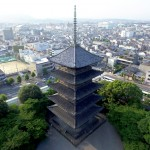 Photo= The towering five-story pagoda rising straight up from the ground to the metal pinnacle. It is the landmark and reminder of Kyoto in the Heian Period (June, Minami Ward, Kyoto) = shot via drone