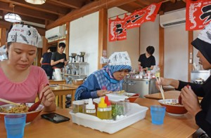 Photo= Muslim students eating halal ramen that they made on their own (Ramen Factory, Higashiyama Ward, Kyoto)